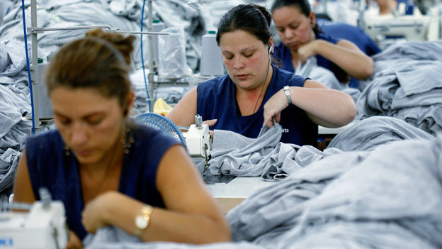 Symbolbild. Näherinnen in einer Textilfabrik.