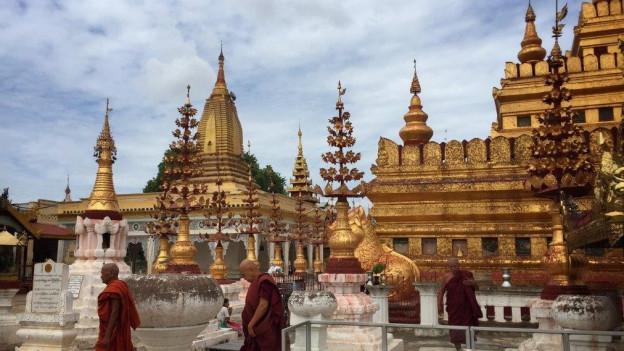 Der vergoldete Ananda-Tempel in Bagan mit seinen Türmchen