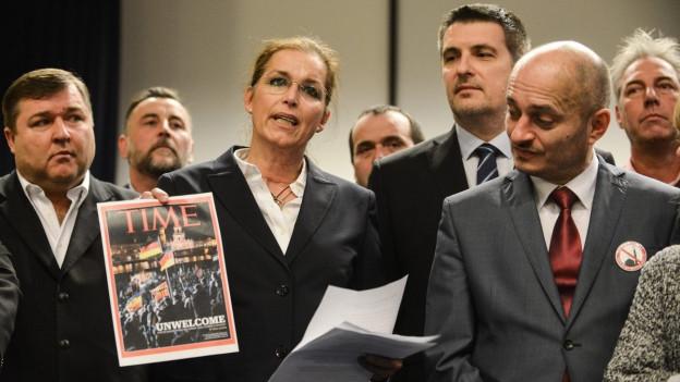 Das Bild zeigt Islamkritiker. An zweiter Stelle von links steht Martin Konvi?ka.