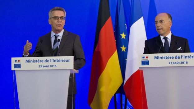 Innenminister de Maizière und Cazeneuve an einer Medienkonferenz