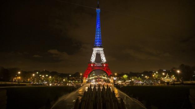 Der EIffelturm in rot-weiss-blau, nach den Anschlägen vom letzten November.