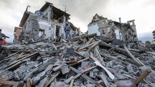Nach dem schweren Erdbeben der Stärke 6,2 suchen Rettungsteams in den Trümmer in Amatrice, nach Überlebenden.