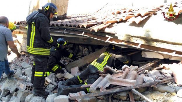 Rettungskräfte in Amatrice suchen unter den Trümmern nach Überlebenden.