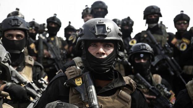 Irakische Regierungssoldaten bereiten sich auf den Sturm auf Mossul vor, man sieht sie in Kampfmontur und bewaffnet, die Köpfe mit Tüchern vermummt und Helmen darauf (13. August 2016)