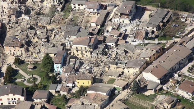 Zerstörte Häuser in l'Aquila nach dem Erdbeben von 2009.