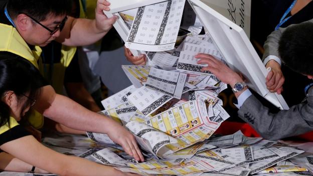 Viele Stimmzettel sind auszuzählen. Es zeichnet sich eine Rekordbeteiligung ab.