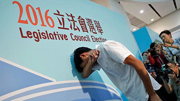 Eddie Chu Hoi-dick von der Demokratiebewegung vergiesst Tränen der Freude und der Erleichterung, als er erfährt, dass er einen Sitz im Hongkonger Parlament gewonnen hat.