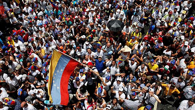 Proteste der venezolanischen Opposition; zehntausende haben sich versammelt.