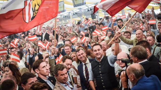 Eine grosse Menschenmenge steht um den FPÖ-Kandidaten Norbert Hofer.