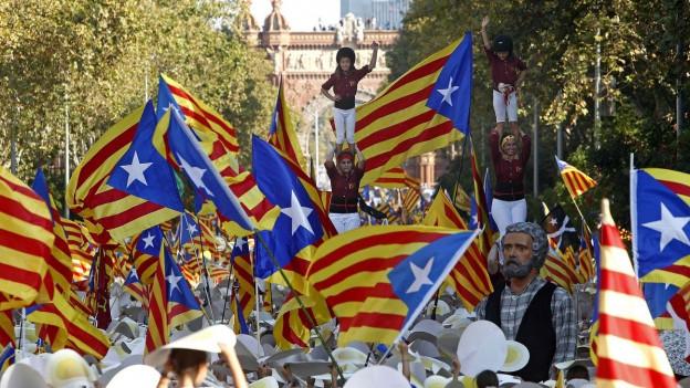 Wehende katalanische Fahnen am Umzug zum katalanischen Unabhänigkeitstag in Barcelona.