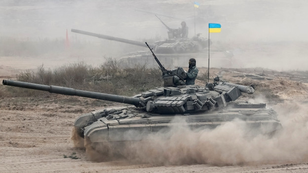 Das Bild zeigt einen Panzer mit einer Ukraine-Flagge