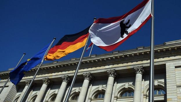 Die EU-, die Deutsche und die Berliner Flagge wehen vor dem Parlamentsgebäude in Berlin (15. September 2016).