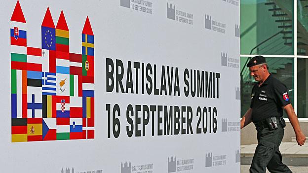 «Bratislava Summit, 16 September 2016», steht auf einem grossen weissen Plakat mit allen EU-Länderflaggen.