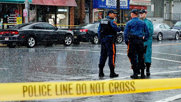 Polizeikräfte im Einsatz nach einem Attentat.