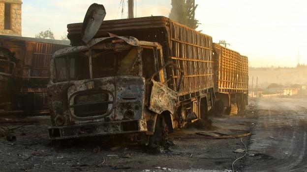 Zu sehen ist der zerstörte Hilfskonvoi nach der Bombardierung in der Nähe von Aleppo.