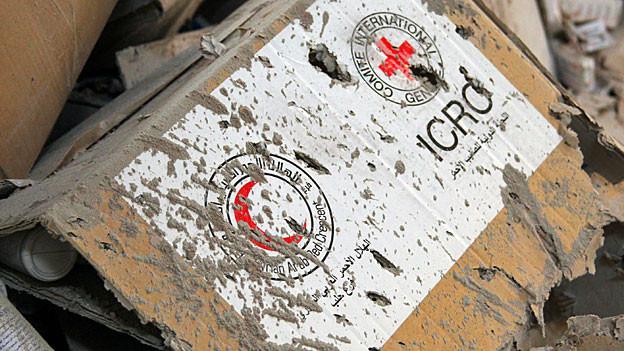 Beim Luftangriff beschädigte Hilfsgüter des Roten Kreuzes und des Roten Halbmondes.