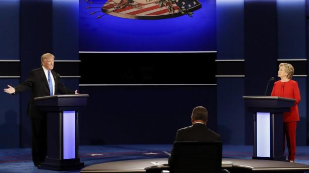 Donald Trump und Hillary Clinton stehen im ersten direkten Fernsehduell einander gegenüber.