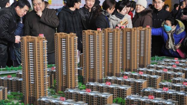 Potentielle Hauskäufer an einer chinesischen Immobilienmesse