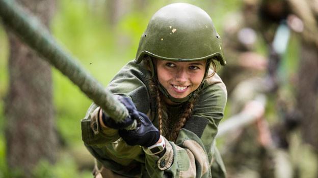 Trotz Wehrplicht muss in Norwegen keine Frau ganz gegen den eigenen Willen einrücken. Die Armee braucht längst nicht alle der jährlich 60'000 Stellungspflichtigen, sondern weniger als 10 000.