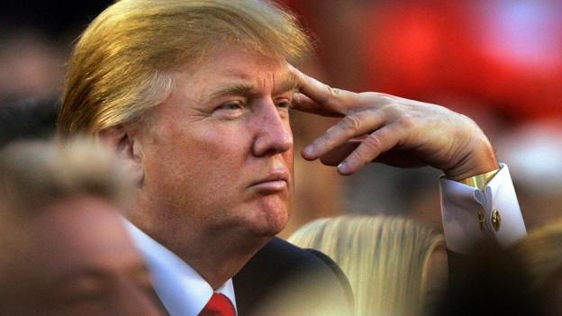 Donald Trump verzieht missmutig sein Gesicht, das Bild stammt aus dem Jahr 2005.