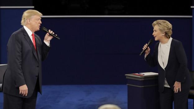 Trump und Clinton stehen einander gegenüber.