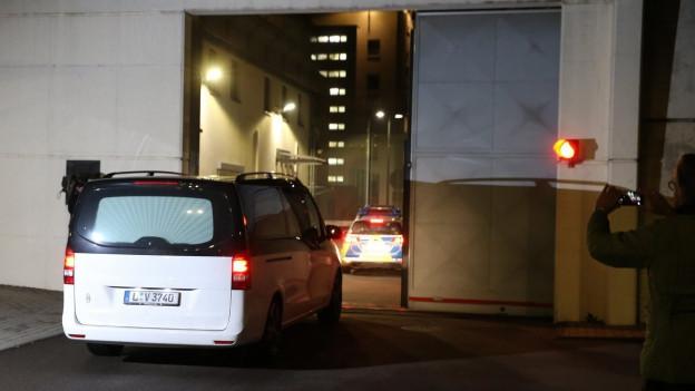 Ein Leichenwagen fährt durchs Gefängnis-Tor.
