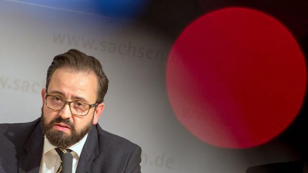 Der sächsische Justizminister Sebastian Gemkow hat die Vorwürfe zurückgewiesen. Al-Bakrs Suizid sei nicht vorhersehbar gewesen.