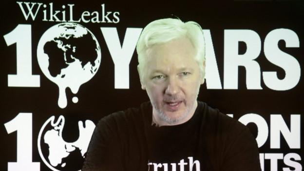 Zu sehen ist Julian Assange, der Kopf hinter Wikileaks, via eine Videoverbindung aus der ecuadorianischen Botschaft in London, aus Anlass des 10. Geburtstages von Wikileaks Anfang Oktober 2016.
