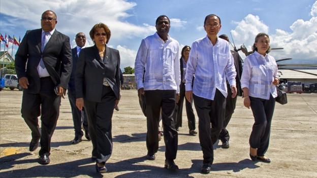 Zu sehen ist UNO-Generalsekretär Ban Ki Moon (2.v.r.) bei seiner Ankunft in Haiti (15.10.16).