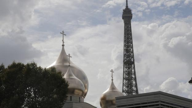 Das Bild zeigt die Kuppeln der neuen russisch-orthodoxen Kirche in Paris neben dem Eiffelturm