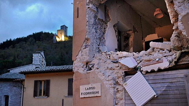 Blick auf ein zerstörtes Haus in Visso.