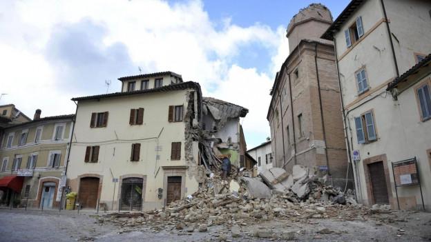 Ein Tag nach dem Erdbeben sind viele Häuser zerstört und Geröll und Schutt liegen auf den Strassen