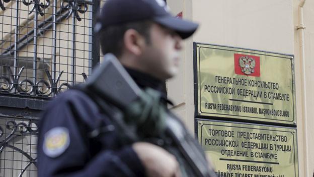 Die türkische Polizei steht Wache vor dem russischen Konsulat in Istanbul. Der Abschuss eines russischen Kampfjets führt zu neuen heftigen Spannungen zwischen Moskau und Ankara.