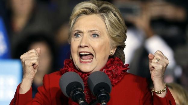 Clinton an einer Wahlveranstaltung in Cincinnati, die Fäuste geballt, ganz in rot, den Mund weit offen (31.Oktober 2016).