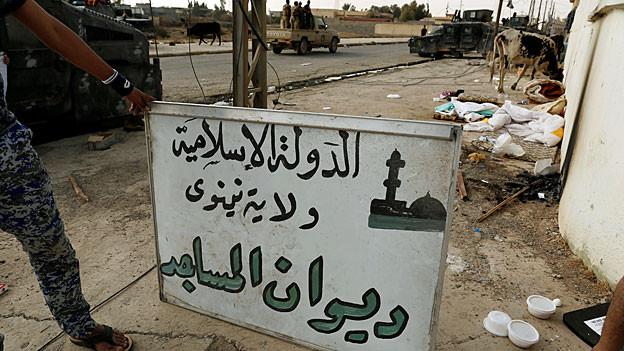 «Islamischer Staat. Regierungsbezirk Niniveh. Moscheenrat.» steht in arabischer Schrift auf einem weissen Schild.
