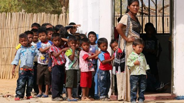 Eine Gruppe von Kindern in Manaure, La Guajira, Kolumbien