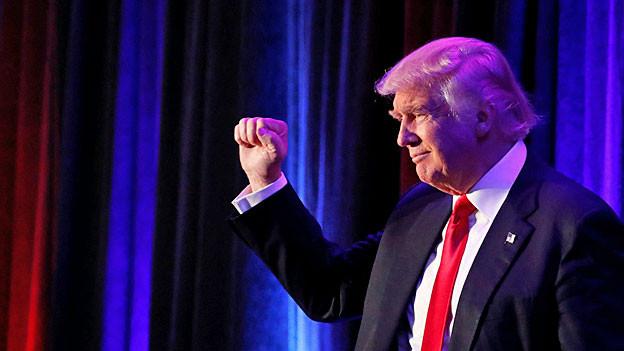 Donald Trump hebt die zur Faust geballte Hand.