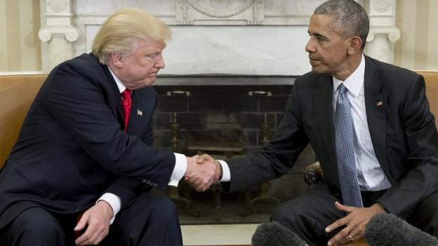 US-Präsident Barack Obama und Donald Trump schütteln sich am Ende ihres Treffens im Oval Office des Weißen Hauses in Washington die Hände.