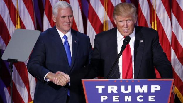 Donald Trump schüttelt die Hands seines Vizes Pence, bei der Rede nach dem Wahlsieg.