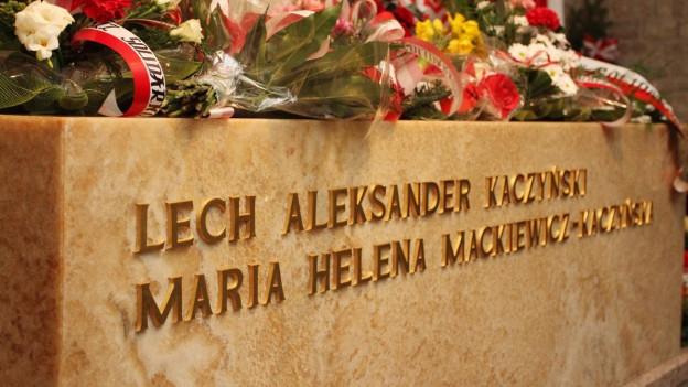 Lech Kaczynski und seine Frau Maria wurden in der Gruft der Kathedrale der Krakauer Königsburg Wawel beigesetzt.