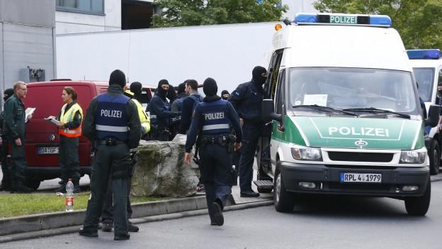 Die Polizei führt eine Razzia durch.