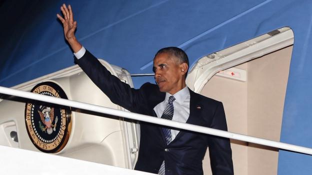 Obama winkt von der Air Force One aus.