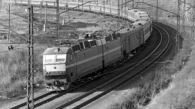 Ein Zug der Transsibirischen Eisenbahn bei Tscheljabinsk