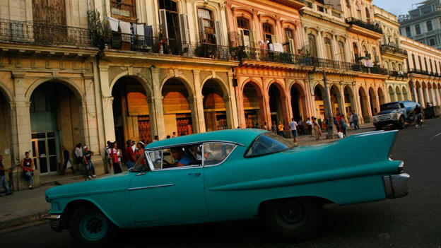 Taxi fahren ist einer von rund 200 Berufen, die in Kuba auf eigene Rechnung ausgeübt werden .