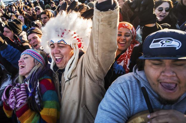 Indianer freuen sich darüber, dass die Pipeline nicht wie geplant gebaut wird.
