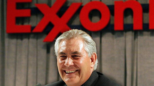 Rex Tillerson vor dem roten ExxonMobil-Schriftzug.