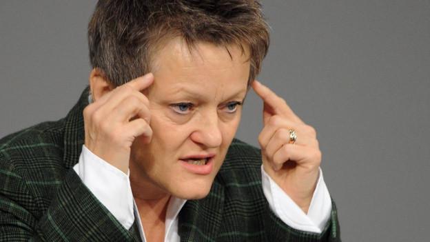 Renate Künast greift sich an den Kopf.