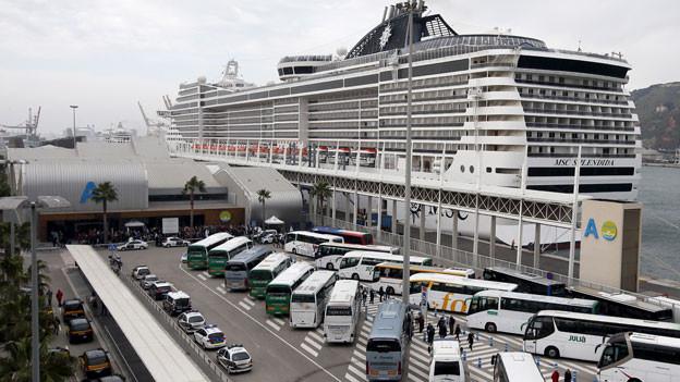 Jedes Jahr legen knapp 800 Kreuzfahrtschiffe in Barcelona an und bringen zweieinhalb Millionen Touristen in die Stadt.