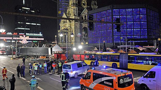 Blick auf den Polizeieinsatz beim Weihnachtsmarkt vor der Kaiser-Wilhelm-Gedächtniskirche in Berlin.