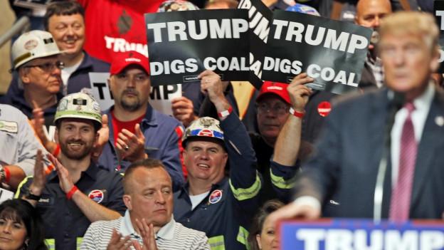 Minenarbeiter halten an einer Rede des künftigen US-Präsidenten Donald Trump ein Plakat mit der Aufschrift: «Trump digs coal - Trump steht auf Kohle»